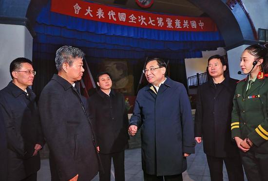 11月3日早上,省委布告、省长胡平易到达杨家岭,瞻仰七大集会旧址,重温党的光辉前史,蒙受革命教诲。