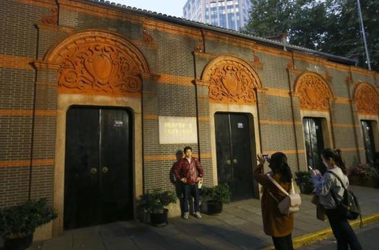 2017年11月1日,旅客在中共一年夜会址留念馆外观赏留影。 磅礴消息记者 赖鑫琳 图