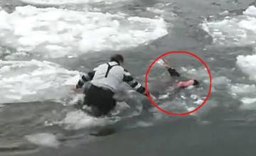 女子踩冰层坠江 六旬采风摄影师跳冰水救人