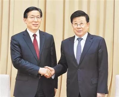 △王东峰(左)和赵克志(右)交接