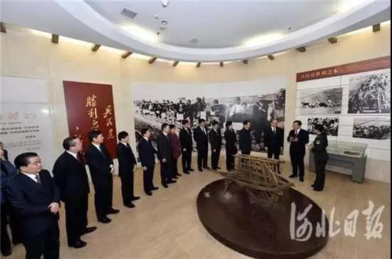 王东峰等在西柏坡纪念馆参观学习。
