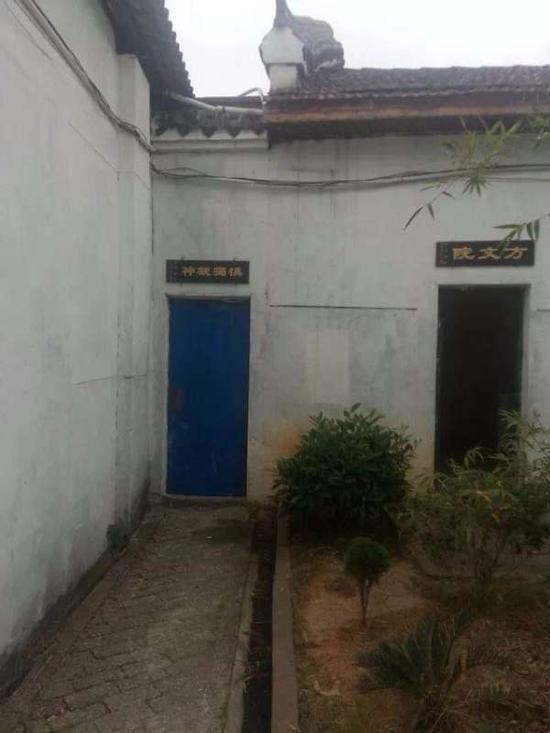 """蓝色门即是学生们口中的""""小黑屋""""""""烦闷室"""""""