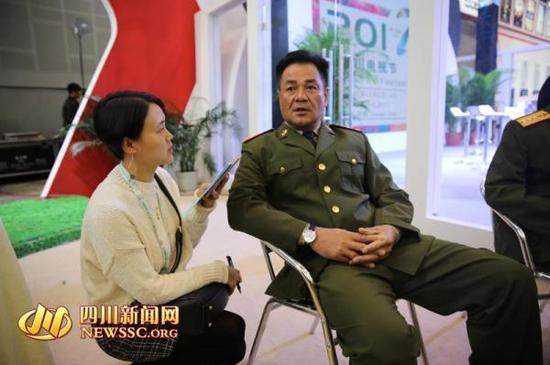 尤勇接受四川新闻网记者采访。