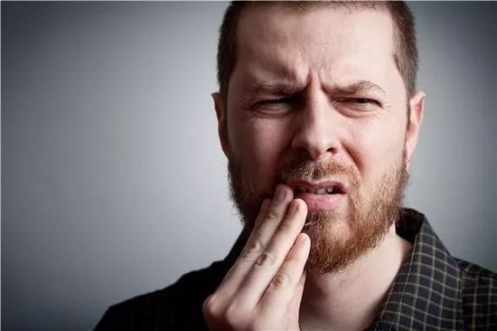 据英国《每日邮报》报道,刷牙不彻底导致的牙菌斑、牙周炎问题可能加大患癌症死亡的风险。