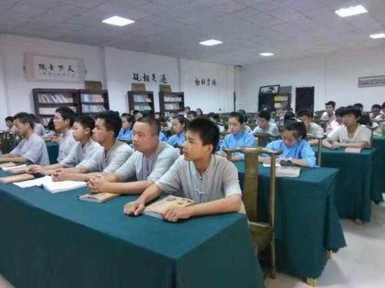 学生们在上国学课