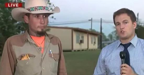 阻止槍擊的當地居民在接受採訪。
