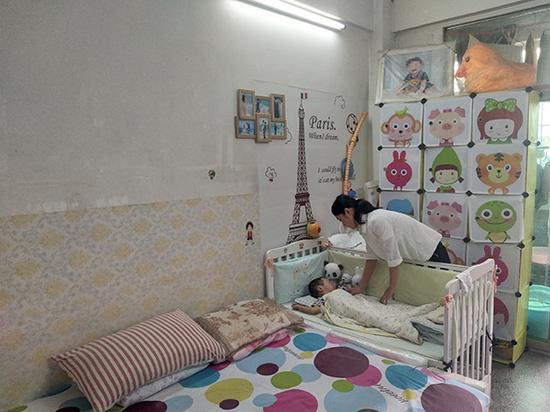 任盼盼和儿子小宝在深圳宝安区的出租屋内,小宝已经一年半没有见到爸爸了。澎湃新闻记者 王选辉 图
