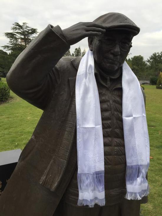 墓碑旁的贺友直雕像
