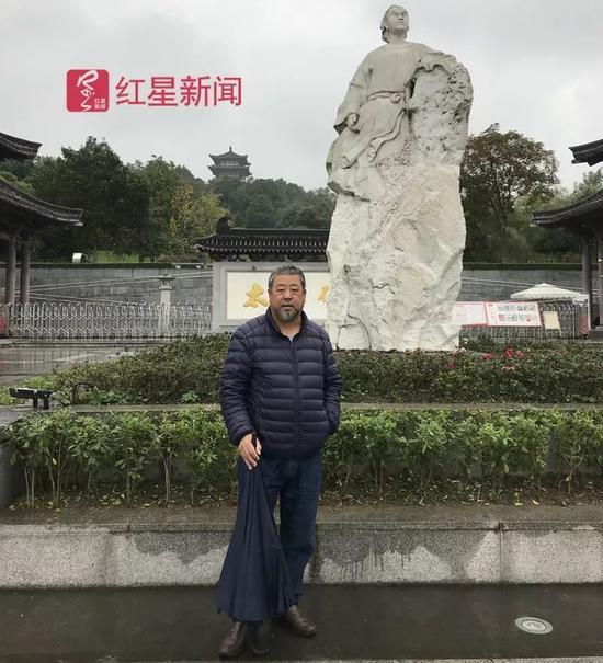 ▲李百和太白碑林前的李白塑像合影