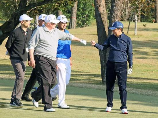 当地时间2017年11月5日,日本川越市,日本首相安倍晋三(右)与美国总统特朗普在霞关乡村俱乐部打高尔夫。