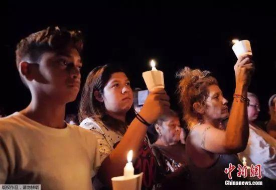 事件發生后,當地民衆手持燭光,為遇難者默哀。