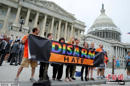 资料图:美国民众在国会外举行支活动支持控枪。