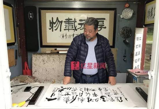 ▲李百在诗亭内写字