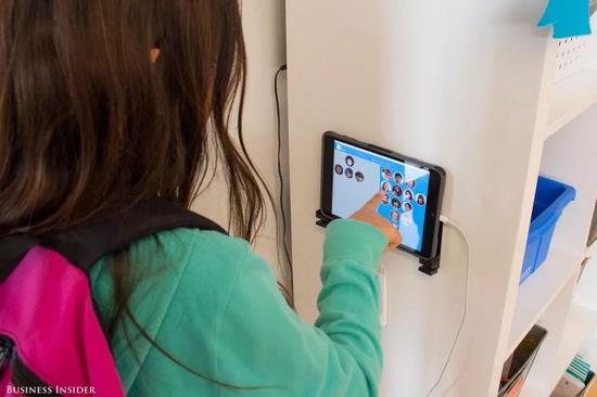 ▲孩子们到校之后的第一件事就是用iPad上的应用签到。图据《商业内幕》