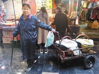 (张喜平在回民街卖鸡蛋。记者王涛 通讯员曹金生 摄)