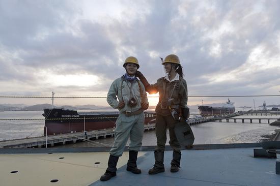 2017年8月26日,浙江舟山,唐其沙夫妻两人站在甲板上。
