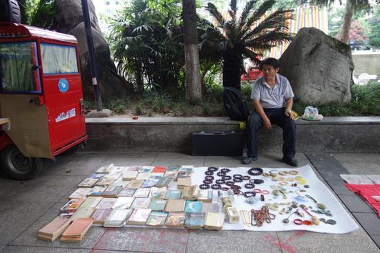 一个上午的时间,杨海军卖出六本书,一共十六块钱。 本文图片均为澎湃新闻记者 明鹊 图