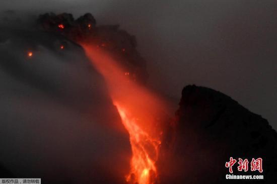 资料图:当地时间11月5日,印尼北苏门答腊省锡纳朋火山持续喷发岩浆通红。