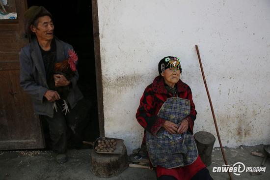 毛秀云13岁嫁给了比自己大10岁的同村人,一生中生了13个孩子,但只成活了2男2女。老伴去世已20多年。