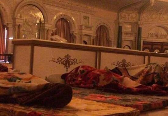 在沙特首都利雅得一家五星级酒店,疑似拍摄到平日习惯高床软枕的40多位权贵,他们被囚禁在会议厅,被迫躺地入睡。  图片来自海外网