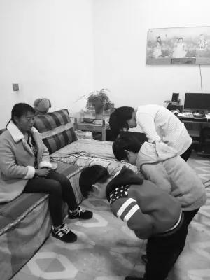 学生带动弟弟妹妹一起给父母鞠躬