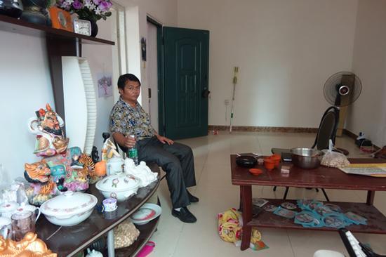 杨海军租住的房子,里面摆满了各种旧物。
