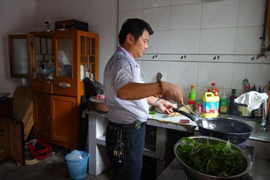 每天傍晚,收拾完回家,杨海军习惯在家里做饭。