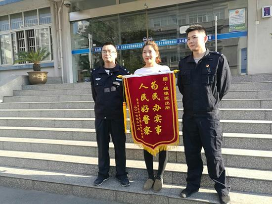 家长给民警送来锦旗。