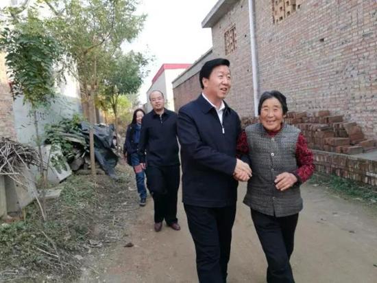刘小四老人拉着刘宝玲,送了一程又一程。郭东摄