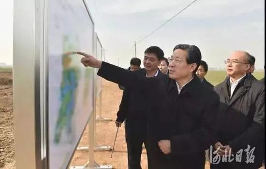 10月31日,河北省委书记王东峰,省委副书记、省长许勤到雄安新区调研。这是王东峰、许勤在安新县大王镇小王营村实地察看。