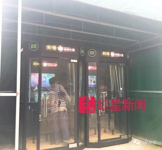 ▲在湖北美术学院校外,葛宇路对K歌设备感到新奇   图片来源:红星新闻