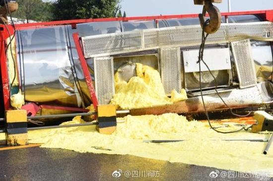 槽罐车侧翻导致硫磺泄漏并散发着刺鼻的味道    四川消防 微博图
