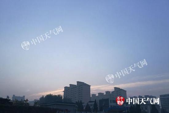 今晨,北京能见度明显转好。张辉 摄