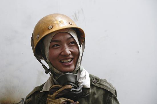 2017年8月26日,浙江舟山,唐其沙摘下防尘面罩透气,她的脸已经闷得发红。