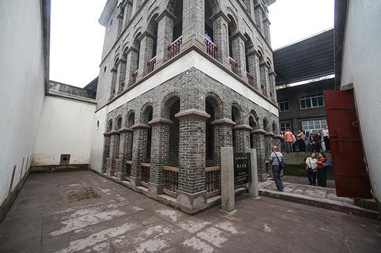 重庆沙坪坝,旅客观赏陈氏洋房。陈氏洋房建于清代末年,挂牌为重庆市级文物维护单元。视觉中国 材料