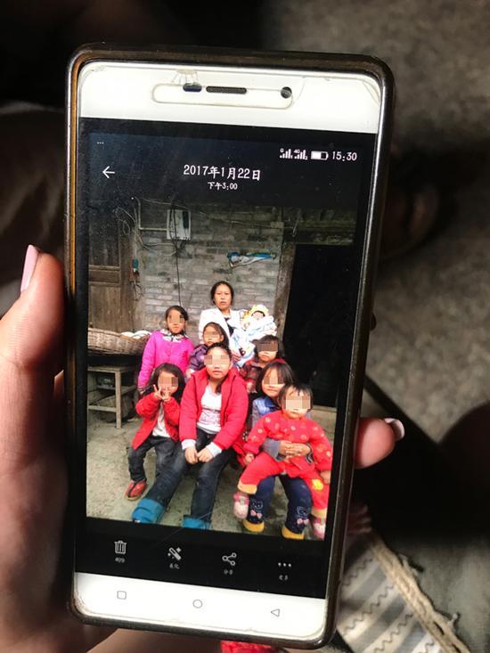 去年过年,夫妻俩带着孩子回了贵州老家。这是夏月婵和她的八个女儿。   本文图片均为澎湃新闻记者 张蓓 图(除署名外)