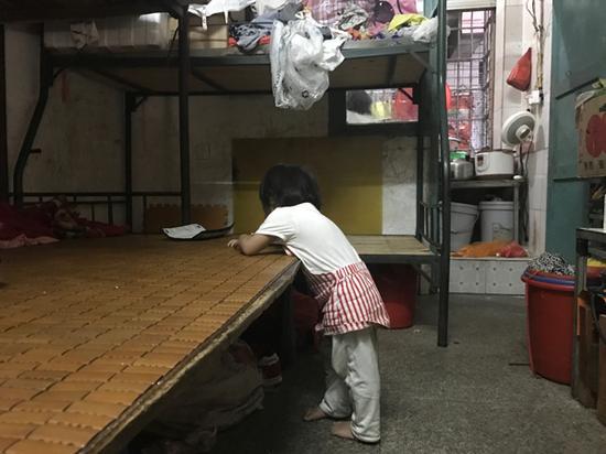 不到三岁的七女儿总光着脚走来走去。