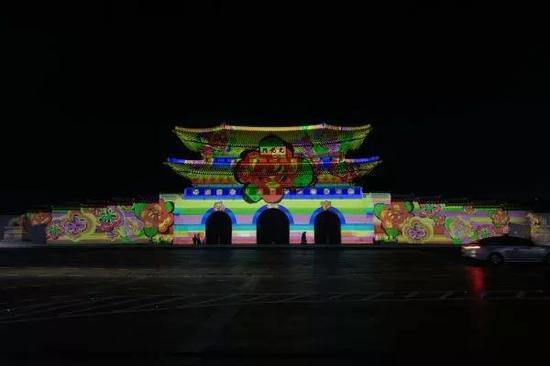 ▲11月6日,韩国首尔光化门广场举行多媒体灯光表演,迎接平昌冬奥会。