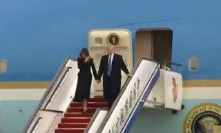 """""""空军一号""""抵达北京 特朗普携夫人走下飞机"""