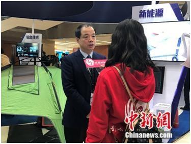 陕西省西安市阎良区委书记、区长王育选在汉能展台前接受媒体采访时,专门向记者介绍了汉能的移动能源产品。