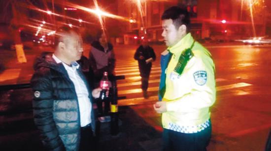 一瓶现买的可乐喝下后,司机道出了原委。 沈阳晚报 图