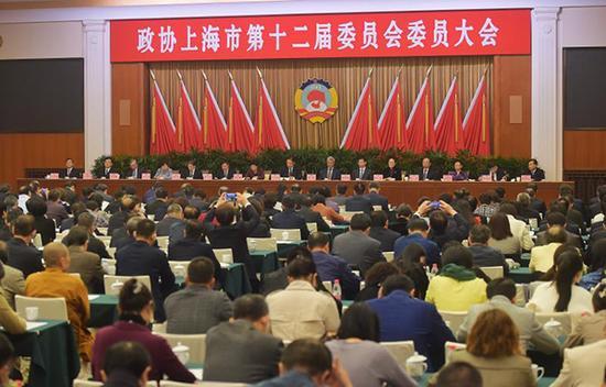上海市政协举行委员大会。 新民晚报 图
