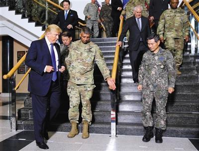 当地时间11月7日,韩国平泽,美国总统特朗普会见了美韩联军司令兼驻韩美军司令文森特·布鲁克斯。图/视觉中国