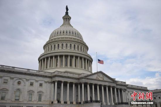 当地时间11月6日,美国国会为得克萨斯州教堂枪击事件遇难者降半旗。 中新社记者 邓敏 摄