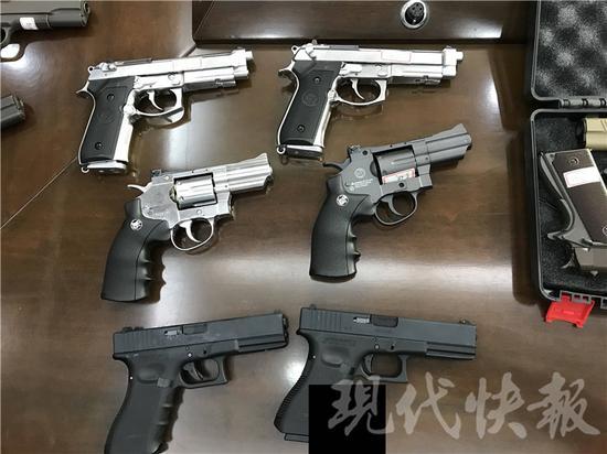 △  警方查获的部分枪支 林清智 摄