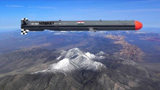 """""""无畏""""巡航导弹外形(图中)与美国""""战斧""""导弹很相似。"""
