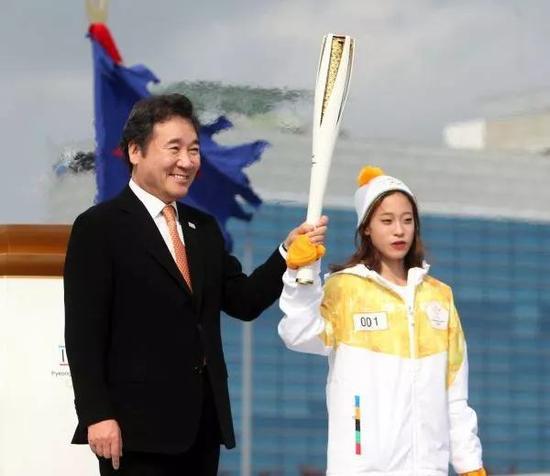 ▲11月1日,平昌冬奥会圣火抵达韩国。韩国花样滑冰运动员柳英(右)作为第一棒火炬接力手从韩国总理李洛渊手中接过火炬。