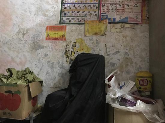 房间墙面斑驳,贴了大女儿的奖状,她和四个本在读书的妹妹都中止了学业。