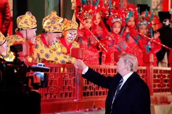 """△特朗普和""""小猴""""握手(图   视觉中国)"""