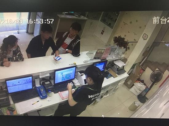 颜嘉慧(左)被嫌犯带到上海松江一家宾馆,随后被骗取4万余元。  澎湃新闻见习记者 李佳蔚 翻拍